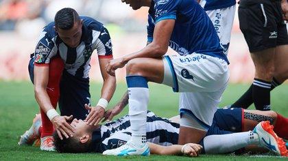 César Montes sufrió un muy duro golpe que lo noqueó (Foto: Twitter)