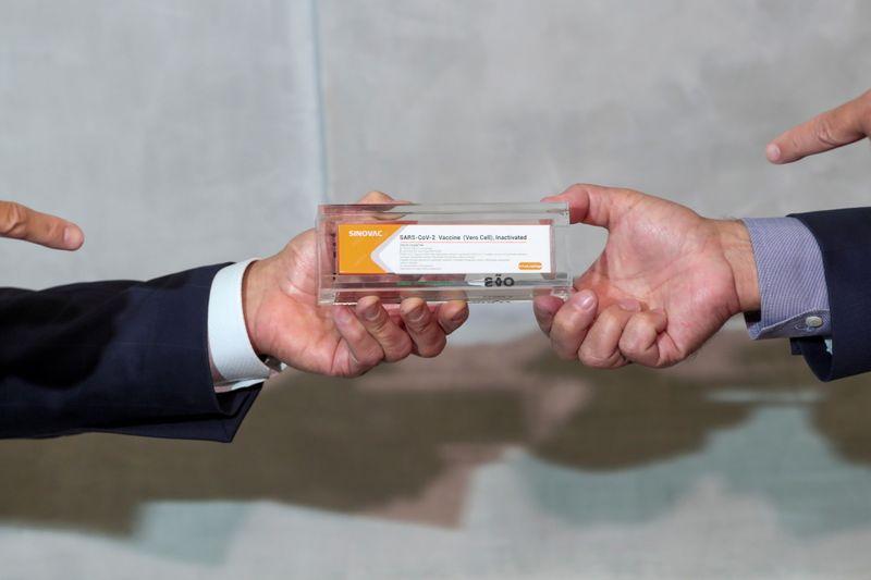 Una caja de Sinovac de China, una posible vacuna contra la enfermedad del coronavirus (COVID-19), durante una conferencia de prensa en el Instituto Butantan en Sao Paulo, Brasil. 9 de noviembre de 2020. REUTERS/Amanda Perobelli