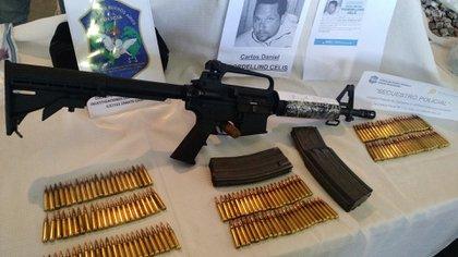 Bersa con silenciador y ametralladora M-16 incautadas a Carlos Fiordelino, uno de los prófugos más buscados del país.