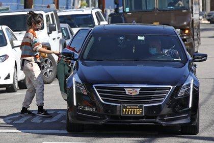 Paseo de lujo. Camila Cabello subió a una limusina luego de haber comprado café para llevar en una tienda de West Hollywood, California