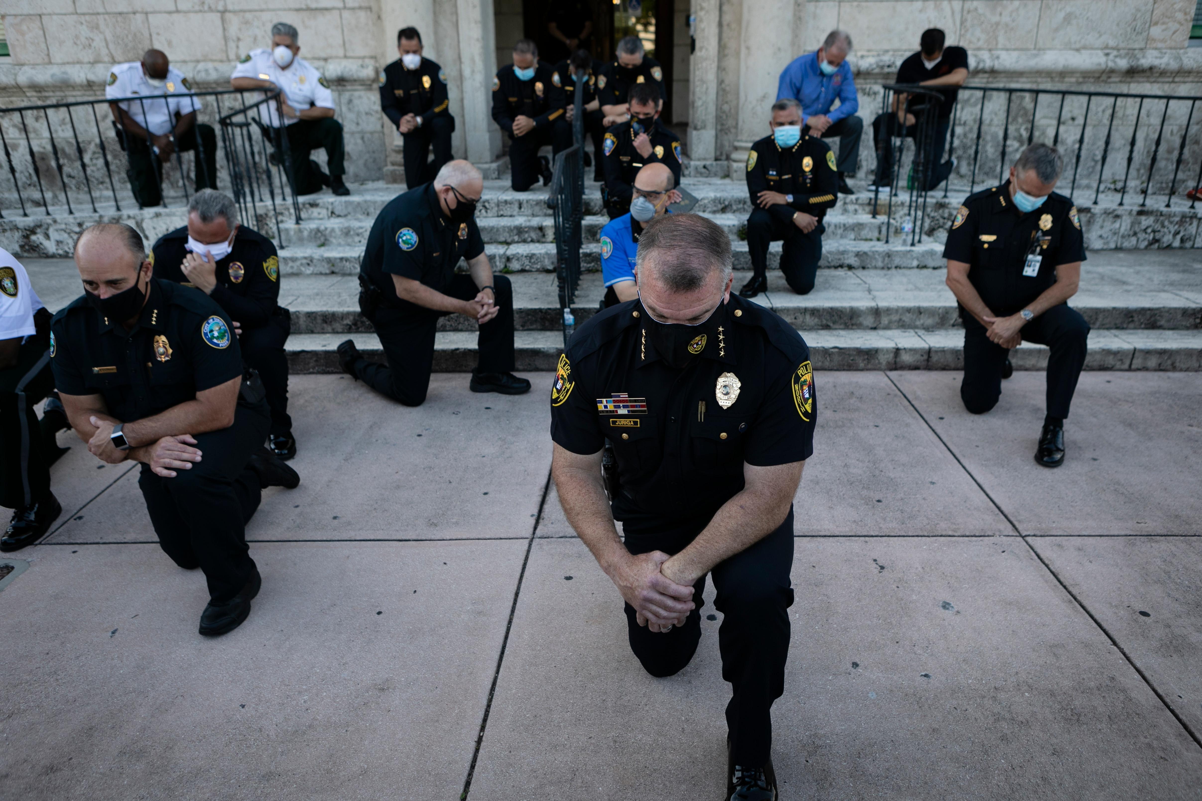 El gesticulación de los policías que muestran su repudio en todo EEUU por la deceso de George Floyd
