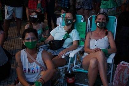 Adelante, Belén Pérez Presidenta de la Juventud Radical Nacional. En las reposeras Lucía Calvo y Agustina Carmona (Foto: Julieta Bugacoff)
