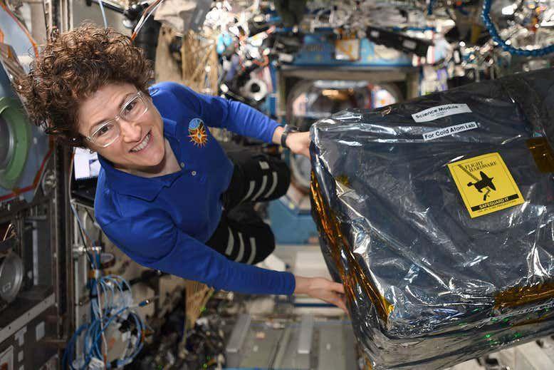 La astronauta Christina Koch durante la instalación del Cold Atom Laboratory en la Estación Espacial Internacional (NASA/JSC)