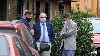 De saco gris y pantalón azul, el toxicólogo Carlos Damín (Aglaplata)