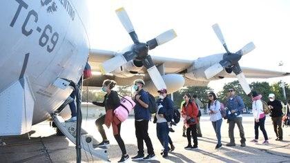 """""""Los vuelos de apoyo en la pandemia fueron una situación especial y fuimos aprendiendo de experiencias propias y ajenas. Por ejemplo, redujimos la cantidad de tripulantes para minimizar la exposición del personal"""", comenta Coria. Foto: Archivo DEF."""