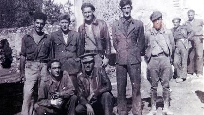 Orwell , arriba, el segundo desde la derecha