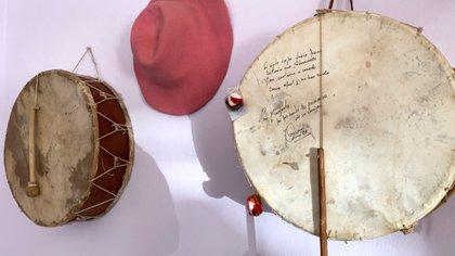 (En las paredes de El Acay, un comedor de La Poma, cajas copleras, como la que acompañó los versos de Eulogia y dieron origen a su historia)