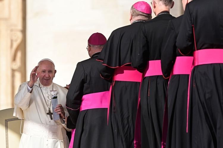 El papa Francisco saluda a los obispos durante la audiencia general semanal el 23 de octubre de 2019 en la Plaza de San Pedro en el Vaticano (Foto de Vincenzo PINTO / AFP)