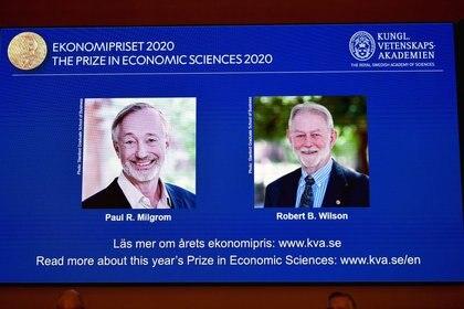 Imágenes de los ganadores del premio Nobel de ciencias económicas 2020, Paul R. Milgrom y Robert B. Wilson, se muestran en una pantalla en una conferencia de prensa en Estocolmo, Suecia, 12 octubre 2020. TT News Agency/Anders Wiklund vía REUTERS