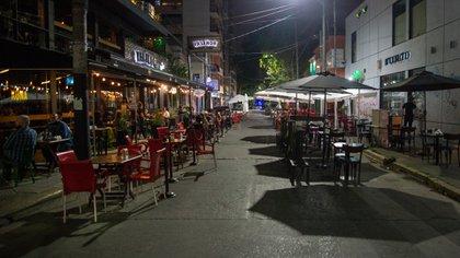 Las restricciones anunciadas para contener la explosión de casos Covid afectarán la actividad de bares y restaurantes por la noche