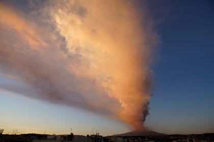 El monte Etna, el volcán más activo de Europa, arroja ceniza volcánica cuando entra en acción, visto desde el pueblo de Catania, Italia, el 16 de febrero de 2021. REUTERS / Antonio Parrinello