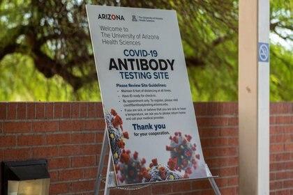 Foto del viernes de un cartel en la Universidad de Arizona, en Tucson, sobre pruebas de anticuerpos para el coronavirus.  Jul 10, 2020. REUTERS/Cheney Orr