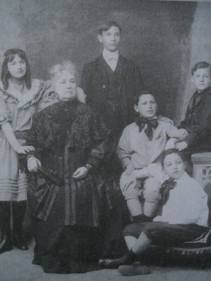 Dominga Dutey Bergougnan en 1906, abuela de Juan Domingo Perón (de gran moño en la foto), junto a sus nietos (Libro Juancito Sosa)