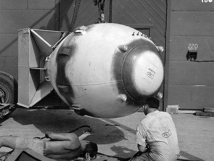 Operarios trabajando en una bomba en Los Alamos, corazón del Proyecto Manhattan (Wikipedia)