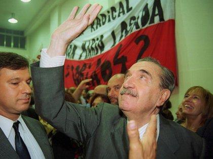 El ex presidente Raul Alfonsin saludando al ingresar al Comité Nacional de la UCR (NA)