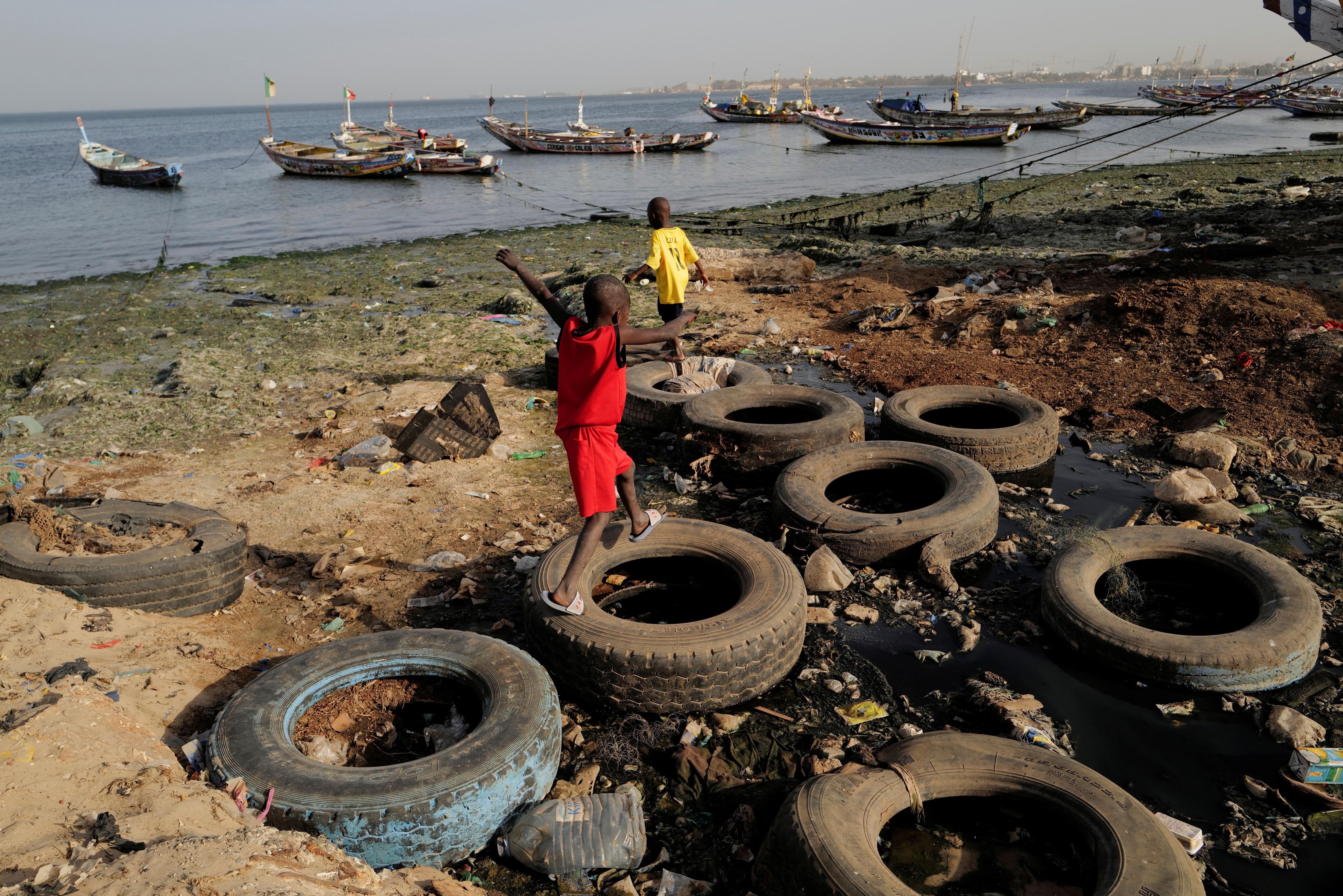 La bahía de Hann, al este de Dakar, cubiertas por la basura y con los cayucos (las embarcaciones de pescadores locales) amarrados sin usar. Foto: REUTERS/Zohra Bensemra