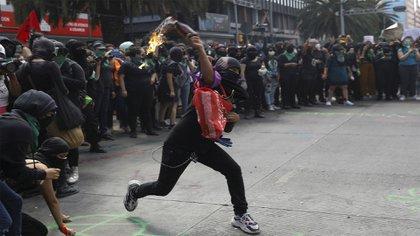 Las mujeres arrojaron cócteles Molotov y luego informaron que la policía las agredió con gas pimienta (Foto: Reuters)