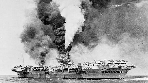 Un portaaviones ardiendo luego de un ataque kamikaze