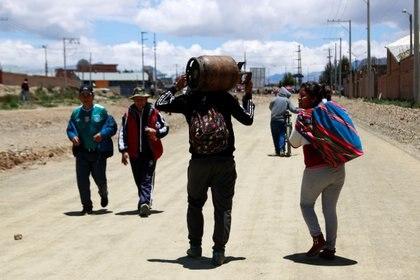 Un hombre lleva un cilindro de gas en El Alto, cerca de La Paz, Bolivia, el 17 de noviembre de 2019. (REUTERS)