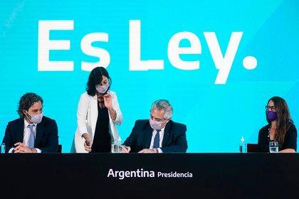 El Presidente Alberto Fernández junto a la Secretaría Legal y Técnica, Vilma Ibarra; la Ministra de las Mujeres, Elisabeth Gómez Alcorta y el Jefe de Gabinete Santiago Cafiero participaron del acto donde se consagró el aborto legal.