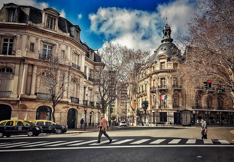 La elegante Avenida Alvear con sus palacios hoy devenidos en embajadas (@2xbuenosaires)