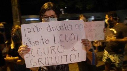 En Brasil después de los ataques de los grupos anti derechos muchas mujeres fueron al hospital de Recife a apoyar a la niña en su derecho a decidir. (EFE)