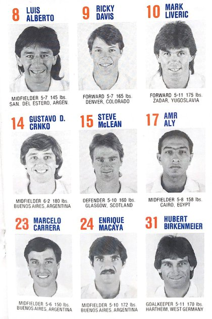Parte del plantel de los Express en 1985 con los argentinos Macaya, Luis Alberto Geréz, los ex Independiente Crnko y Carrera, y el arquero alemán Birkenmeier. Allí estaba también, entre otros, el ex River Daniel Constantino