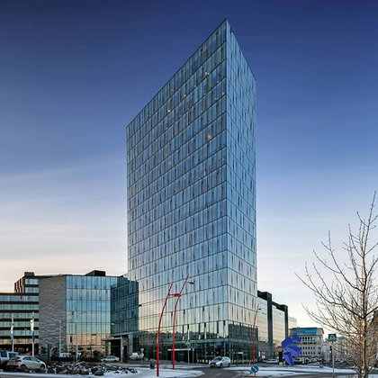 El edificio Turnnin enfrenta a la bahía de Reykjavík y del monte Esja. El uso de componentes de vidrio sólido y paneles de cristal ayuda a la puesta en escena del edificio (Foto: Facebook / Turninn Höfðatorgi)