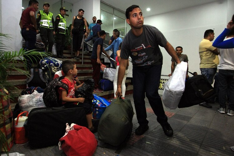 Militares venezolanos abandonando un hotel en Cúcuta (EFE)