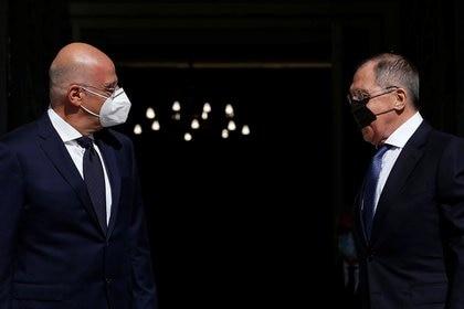 El canciller griego Nikos Dendias y su homólogo ruso Sergei Lavrov durante su encuentro de hoy en Atenas (REUTERS/Costas Baltas)