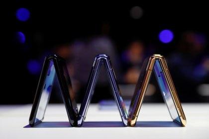 El Samsung Galaxy Z Flip tiene pantalla de vidrio plegable y según la compañía el móvil resiste hasta 200 mil pliegues (REUTERS/Stephen Lam)