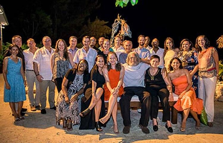 El reclusivo multimillonario Kenneth Dart sería el hombre de barba y cabello blanco que aparece en el medio del grupo abrazando a unas empleadas. Es una de las pocas imágenes que se conocen de los últimos años y que podría corresponder al ex acreedor de la Argentina.