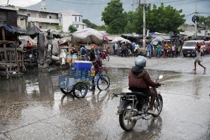 La gente se mueve a lo largo de una calle después del paso de Isaías en Puerto Príncipe, Haití (REUTERS/Andres Martinez Casares)