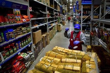 FOTO DE ARCHIVO. Un empleado reabastece los estantes de una ferretería de Lowe's en Filadelfia, Pensilvania, Estados Unidos. 4 de noviembre de 2020. REUTERS/Mark Makela