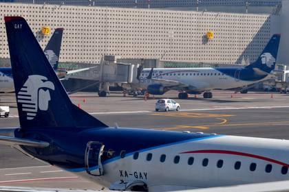 CIUDAD DE MÉXICO, 28NOVIEMBRE2017.- Pilotos de Aeroméixo pararon labores por el supuesto despido injustificado de su compañero José Manuel Ortuño, a quien la empresa señalo que lo dió de baja por maña conducta, esto provocó caos en el Aeropuerto Internacional de la Ciudad de México (AICM) con la cancelación de 40 vuelos, 14 demorados y cientos de pasajeros afectados. FOTO: ARMANDO MONROY /CUARTOSCURO.COM