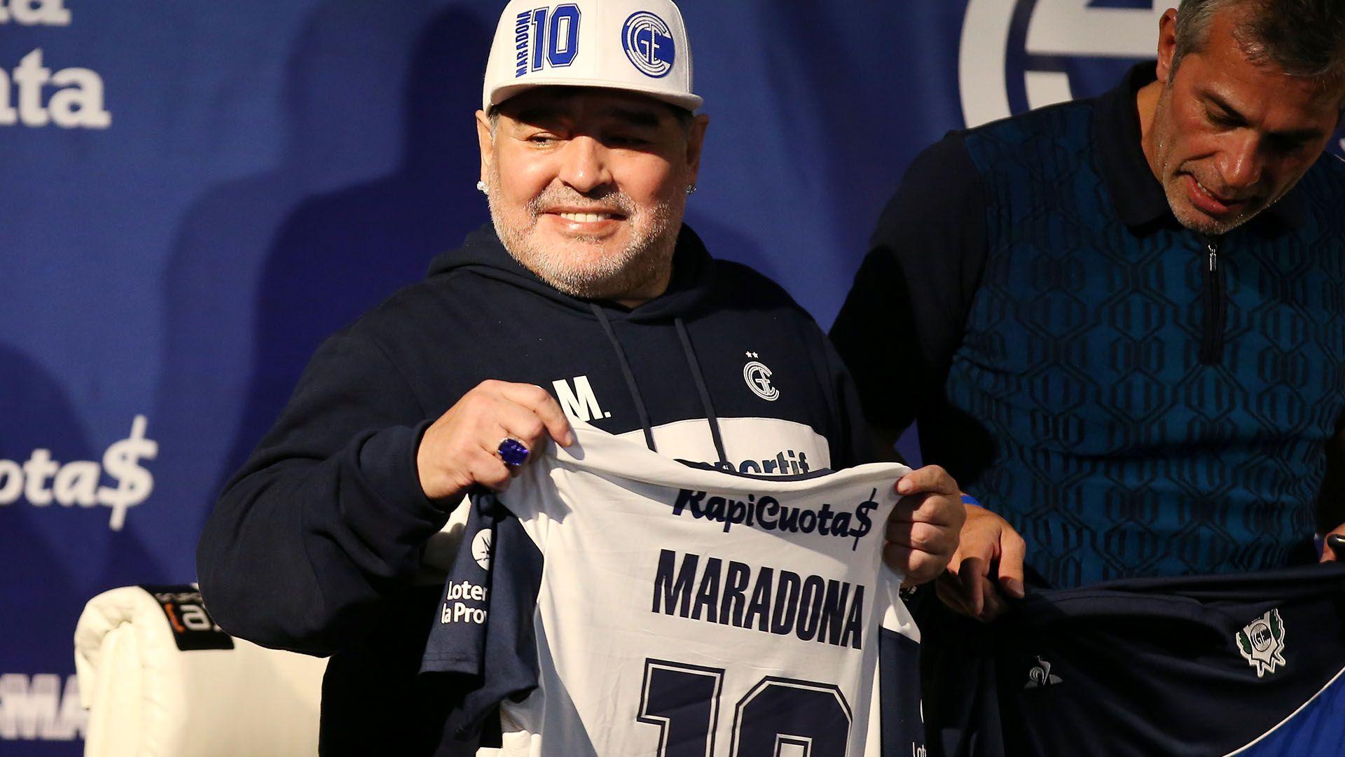 Gabriel Pellegrino y Diego Maradona durante la presentación del DT en Gimnasia y Esgrima La Plata (REUTERS/Agustin Marcarian)