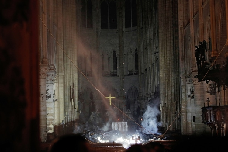 Interior de la catedral luego del incendio. (REUTERS/Philippe Wojazer)