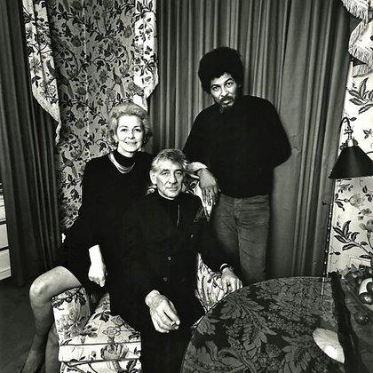Leonard Bernstein, su mujer, Felicia Montealegre y Don Cox, mariscal de campo de los Panteras Negras.