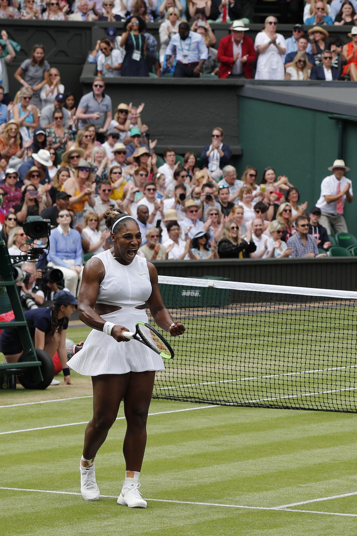 Serena Williams con su vestido blanco con cortes en la cintura,uno de los diseños que lució en Wimbledon (AFP)