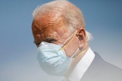 El presidente de Estados Unidos Joe Biden utilizando doble barbijo en Florida (Reuters)