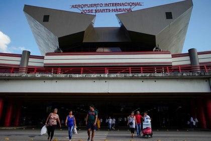 Gente caminando en la entrada del Aeropuerto Internacional José Martí de La Habana (REUTERS/Alexandre Meneghini)