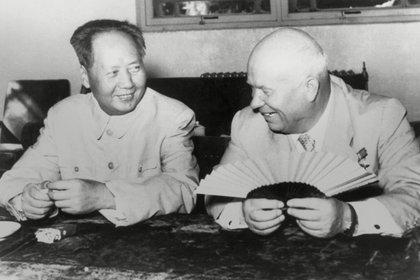 Mao junto al líder soviético Nikita Khrushchev (Everett/Shutterstock)