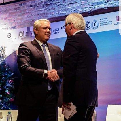 El presidente Iván Duque y el alcalde de Popayán, Juan Carlos López, compartiendo un apretón de manos en un evento público la semana pasada.