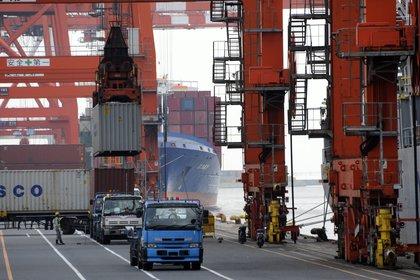 En la imagen, un barco contenedor en el puerto de Tokio. EFE/FRANCK ROBICHON/Archivo