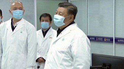 Xi Jinping dialoga con empleados de un hospital en Beijing (Captura Reuters)