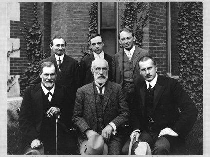 Sigmund Freud junto a otros psicoanalistas, entre ellos Jung, en la Universidad de Clark en 1909