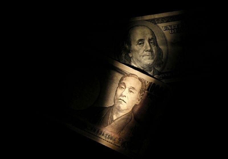 Foto de archivo ilustrativa de un billete de 100 dólares y de 10.000 yenes.  Feb 28, 2013.    REUTERS/Shohei Miyano/Illustration