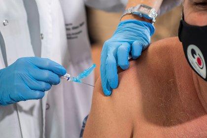 Todos los países tienen un programa de vacunación para niños. Pero para los de adultos son escasos