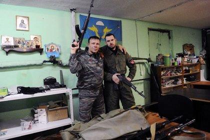 Dmitry Gaydun y Sergei Zinchenko, miembros del Movimiento Imperial Ruso (MIR) en San Petersburgo. (AFP/Olga Maltseva)