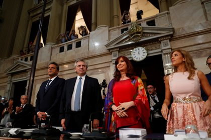 La vicepresidenta Cristina Kirchner sentada al lado de Alberto Fernández,  REUTERS/Agustin Marcarian